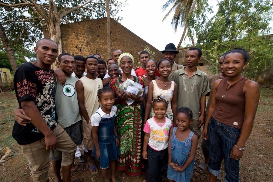 Groupes des jeunes de lAvupma et plantes sèches Madagascar